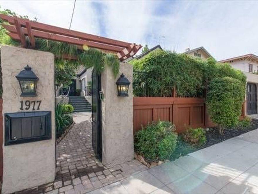 Inspiring Front Yard Fence Design Ideas 12
